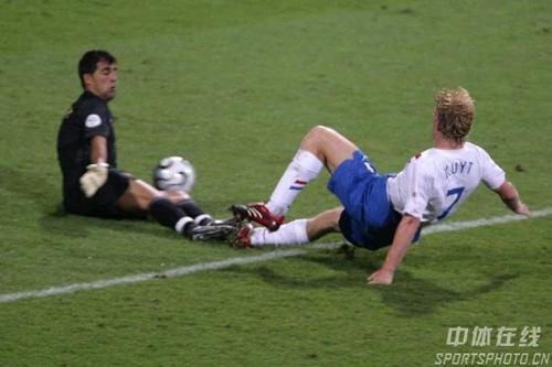 图文:葡萄牙1-0荷兰 库伊特射门被对方封堵