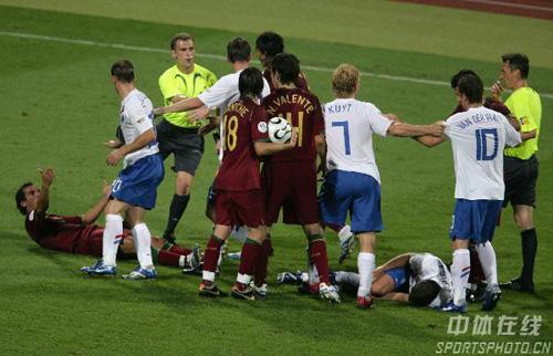 图文:葡萄牙1-0荷兰 双方队员在场上发生骚乱