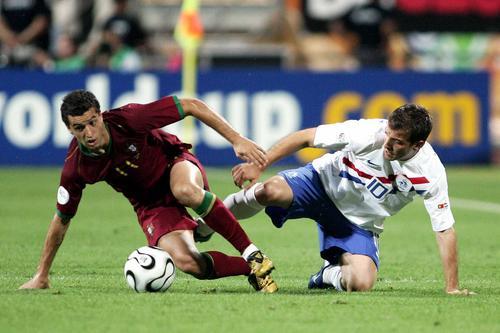 图文:葡萄牙1-0荷兰 西芒快速起身抢球