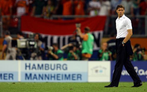 图文:葡萄牙1-0荷兰 范-巴斯滕独自走在场中央