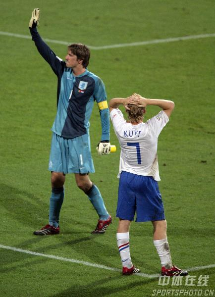 图文:葡萄牙1-0荷兰 荷兰队长范德萨答谢球迷