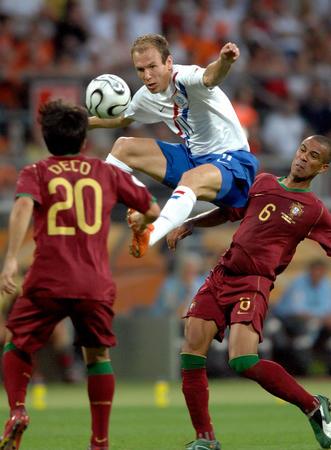图文:葡萄牙1-0荷兰 鲁本在比赛中跃起拼抢