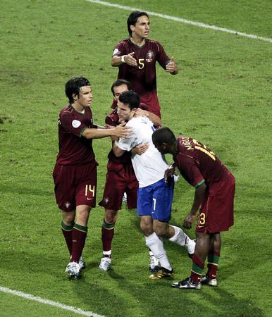 图文:葡萄牙1-0荷兰 球员比赛中发生冲突