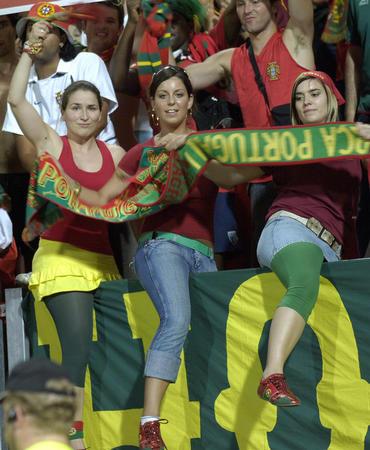 图文:葡萄牙1-0荷兰 葡萄牙女球迷庆祝胜利
