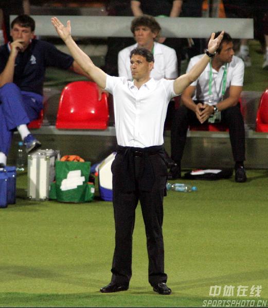 图文:葡萄牙1-0荷兰 范巴斯滕对主裁判罚不满
