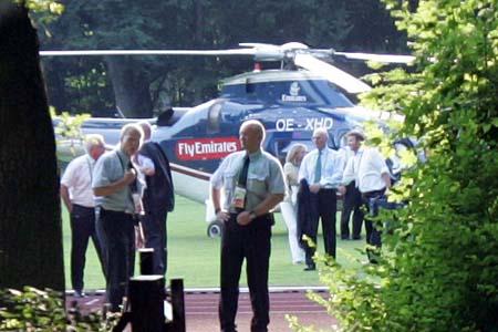 直升机专送六保安护驾 足球皇帝走进赛场(图)