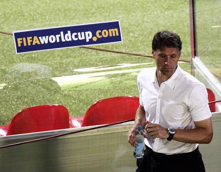 图文:葡萄牙1-0荷兰 范巴斯滕在比赛后离开