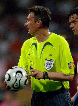 图文:葡萄牙1-0荷兰 伊万诺夫在比赛中执法
