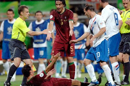 图文:葡萄牙1-0荷兰 佩蒂特被推倒在地