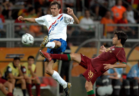 图文:葡萄牙1-0荷兰 看谁腿抬的高