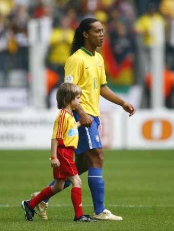 图文:巴西VS加纳 罗纳尔迪尼奥步入球场