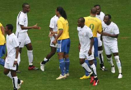 图文:巴西VS加纳 双方队员互相握手