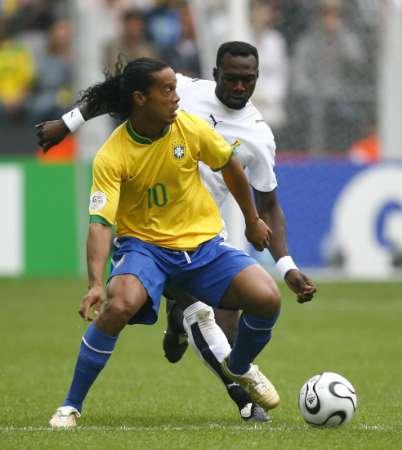 图文:巴西VS加纳 罗纳尔迪尼奥精彩控球