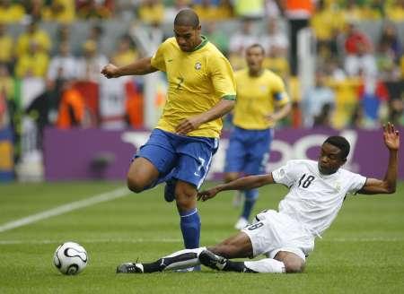 图文:巴西VS加纳 阿德里亚诺带球突破
