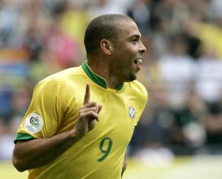 组图:巴西VS加纳 罗纳尔多庆祝进球