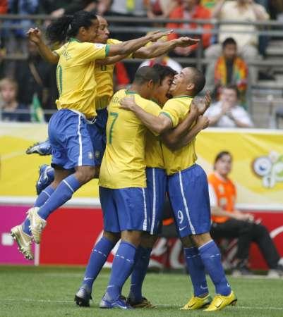 组图:巴西VS加纳 巴西队员庆祝进球