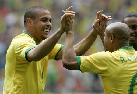 图文:巴西VS加纳 罗纳尔多与卡洛斯庆祝