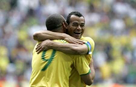 图文:巴西VS加纳 罗纳尔多与卡福庆祝