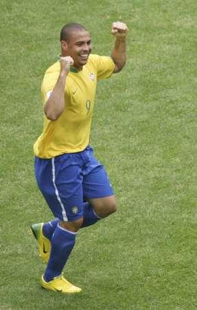 图文:巴西VS加纳 巴西队员庆祝胜利