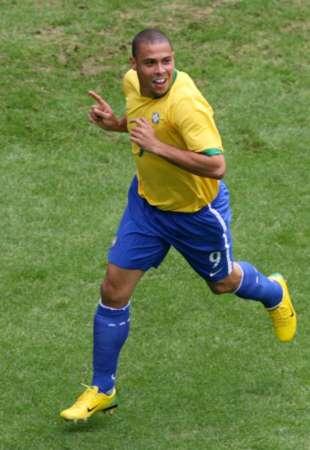 图文:巴西VS加纳 罗纳尔多庆祝进球