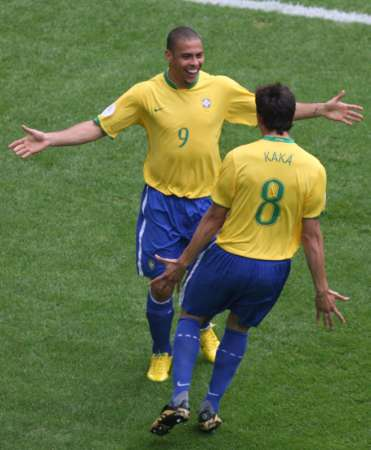 图文:巴西VS加纳 罗纳尔多与卡卡拥抱庆祝