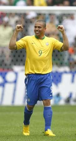 图文:巴西VS加纳 罗纳尔多挥舞双臂