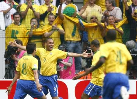 图文:巴西VS加纳 罗纳尔多与队友庆祝