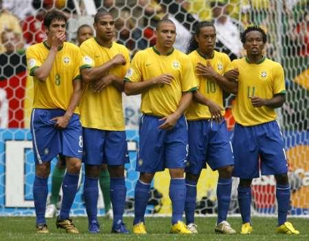 图文:巴西VS加纳 巴西队的人墙