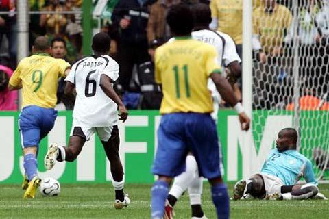 图文:巴西VS加纳 罗纳尔多带球过人