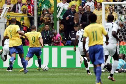图文:巴西VS加纳 罗纳尔多射门瞬间