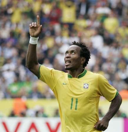 组图:巴西VS加纳 泽-罗伯托庆祝进球