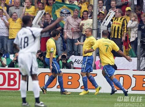 组图:巴西3-0加纳 罗纳尔多和队友庆祝