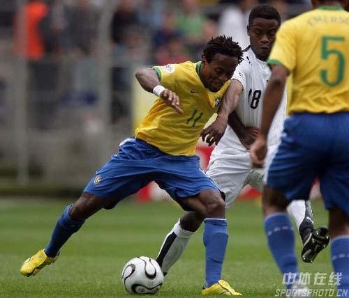 图文:巴西3-0加纳 泽罗伯托比赛中护球