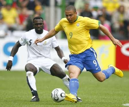 图文:巴西VS加纳 罗纳尔多的精彩突破