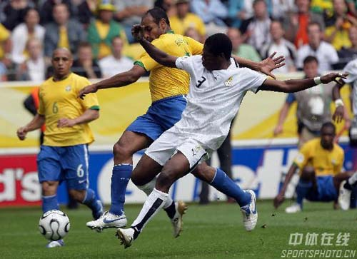 图文:巴西3-0加纳 双方球员拼抢激烈