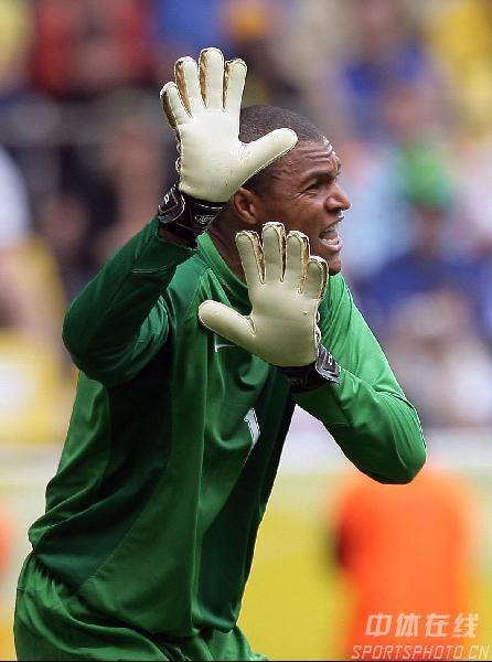 图文:巴西3-0加纳 门将迪达呼唤队员防守
