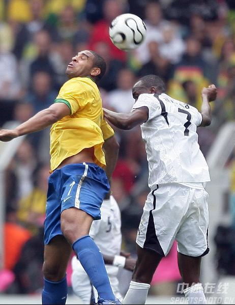 图文:巴西3-0加纳 双方球员争顶头球