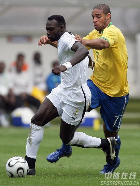 图文:巴西3-0加纳 阿德里亚诺和对方拚抢