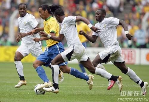 组图:巴西3-0加纳 罗纳尔迪尼奥带球突破