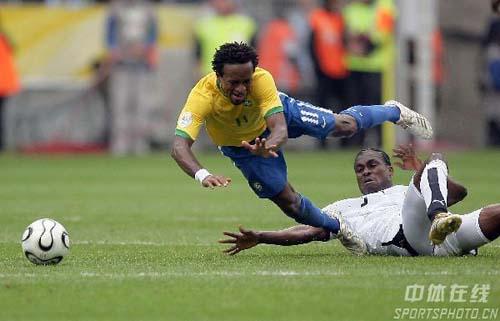 组图:巴西3-0加纳 巴西队泽罗伯托带球突破