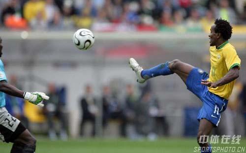 组图:巴西3-0加纳 罗伯托将球挑空门的瞬间