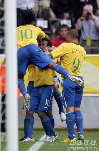 组图:巴西3-0加纳 巴西队队员庆祝进球