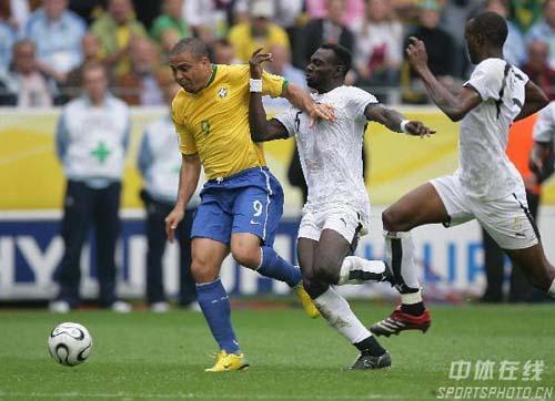 组图:巴西3-0加纳 巴西队卡福带球突破