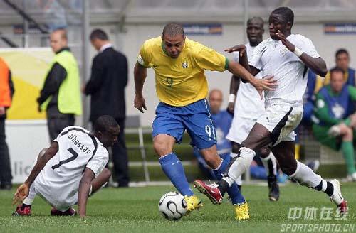 组图:巴西3-0加纳 罗纳尔多比赛中强行突破