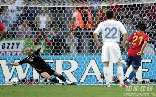 图文:西班牙VS法国 比利亚罚进点球瞬间