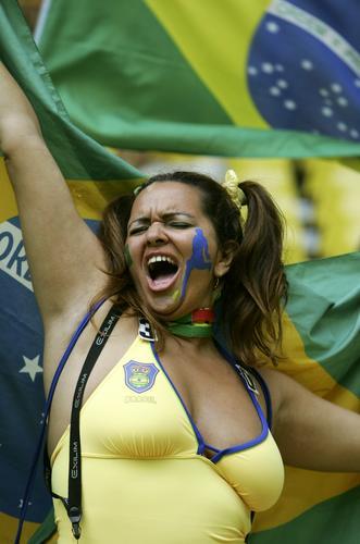 组图:巴西3-0加纳 狂热的巴西美女球迷组合