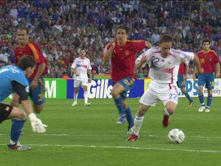幻灯:西班牙VS法国 里贝里反越位成功破门得分