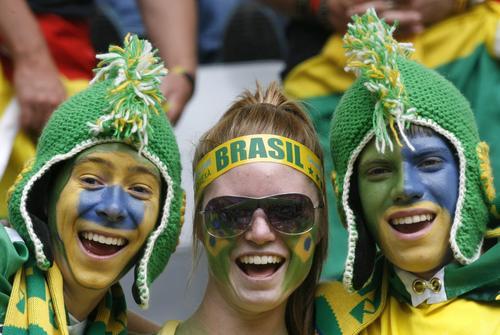 组图:巴西3-0加纳 造型怪异的超级球迷组合