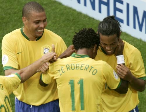 图文:巴西3-0加纳 泽罗伯托庆祝进球