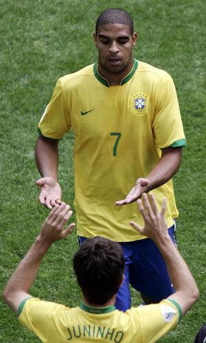 图文:巴西3-0加纳 阿德里亚诺被队友换下场